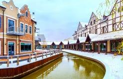 De de winterstraat met een kanaal Stock Fotografie