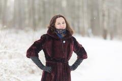 De de wintervrouw heeft in openlucht pret Royalty-vrije Stock Foto