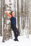 De de wintervrouw heeft in openlucht pret Stock Foto's