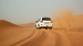 De de woestijnreis van Doubai in off-road auto Stock Foto's