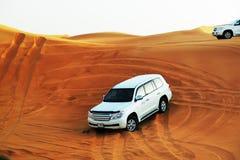 De de woestijnreis van Doubai in off-road auto is belangrijke toeristenaantrekkelijkheid in Doubai Stock Foto