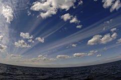 De de zomerhemel over meer. Royalty-vrije Stock Afbeelding
