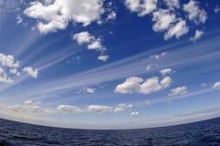 De de zomerhemel over meer. Stock Fotografie