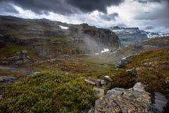 De de zomermening van Trolltunga in Odda, Ringedalsvatnet-meer, Noorwegen Stock Foto