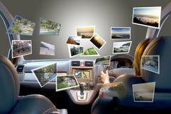 De de zomervrouwen reizen door vierwielige aandrijvingsauto Stock Afbeeldingen