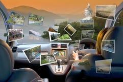 De de zomervrouwen reizen door vierwielige aandrijvingsauto Stock Afbeelding