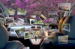 De de zomervrouwen reizen door vierwielige aandrijvingsauto Royalty-vrije Stock Afbeeldingen