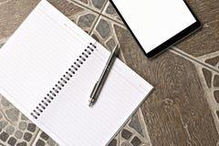 De de zwarte stijl en nota van de tabletcomputer ipad, pen en potlood Stock Fotografie