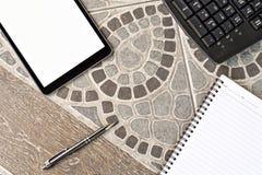 De de zwarte stijl en nota van de tabletcomputer ipad, pen en potlood en sleutel Stock Foto