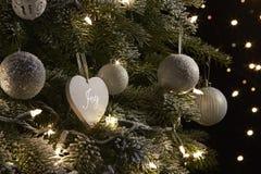 De decoratie die van Kerstmis op een boom hangen stock afbeeldingen