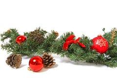 De decoratie en de denneappels van Kerstmis die op witte backgroun worden geïsoleerdr Stock Foto