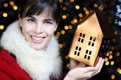De decoratie Kerstmis van de vrouw die naar huis winkelen Stock Foto's