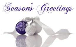 De decoratie lilac en zilveren ballen van Kerstmis met r Stock Afbeeldingen