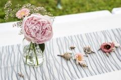 De decoratie openluchtopstelling van bloemenmontages voor huwelijk met roze gekleurde bloem Stock Foto