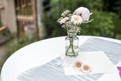 De decoratie openluchtopstelling van bloemenmontages voor huwelijk met roze gekleurde bloem Royalty-vrije Stock Afbeeldingen