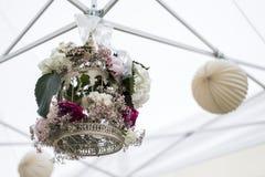 De decoratie openluchtopstelling van bloemenmontages voor huwelijk met roze gekleurde bloem Royalty-vrije Stock Fotografie