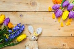 De decoratie, de Paashaas en de bloemen van Pasen op hout royalty-vrije stock afbeelding