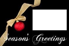 De decoratie rode bal van Kerstmis met gouden lint Stock Fotografie