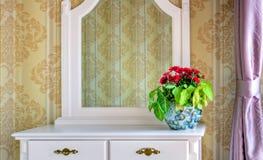 De Decoratie van bloemen op een toilettafel royalty-vrije stock afbeeldingen