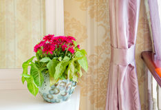 De Decoratie van bloemen op een toilettafel royalty-vrije stock fotografie