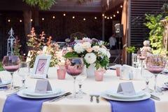 De decoratie van de bloemlijst voor vakantie en huwelijksdiner Lijst voor vakantie, gebeurtenis, partij of huwelijksontvangst die royalty-vrije stock afbeelding