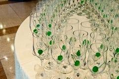 De decoratie van de de ontvangstlijst van het huwelijk met glazen Royalty-vrije Stock Fotografie