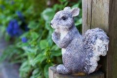 De decoratie van de eekhoorntuin op houten post Stock Fotografie