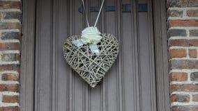 De decoratie van de hartvorm op de deur stock footage