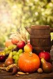 De decoratie van de herfst Granaatappel, druiven en kastanje op hout in oktober Royalty-vrije Stock Foto