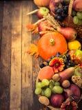 De decoratie van de herfst Granaatappel, druiven en kastanje op hout in oktober Royalty-vrije Stock Foto's