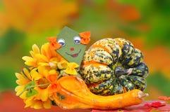 De decoratie van de herfst Granaatappel, druiven en kastanje op hout in oktober stock afbeelding