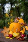 De decoratie van de herfst Granaatappel, druiven en kastanje op hout in oktober Royalty-vrije Stock Fotografie