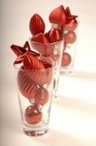 De decoratie van de kerstboom in glazen Stock Foto's