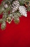 De decoratie van de kerstboom met kegel op rood Royalty-vrije Stock Afbeelding