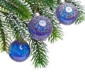 De decoratie van de kerstboom op een sparrentak Royalty-vrije Stock Fotografie