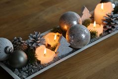 De decoratie van de Kerstmislijst voor komst en comfortabele afrernoons stock afbeelding