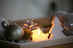 De decoratie van de Kerstmislijst voor komst en comfortabele afrernoons stock afbeeldingen