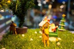 De decoratie van de Kerstmistijd met herten en de Kerstman op Kerstmisseizoen Stock Foto's