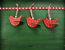 De decoratie van de Kerstmisvogel op uitstekende groene houten achtergrond Stock Afbeeldingen