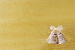 De decoratie van de klokkenkerstboom op gouden achtergrond Stock Afbeeldingen