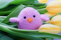 De decoratie van de lente met kuiken en tulpenbloemen Stock Foto's