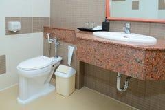 De decoratie van de toiletzetel in badkamersbinnenland Royalty-vrije Stock Afbeeldingen
