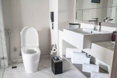De decoratie van de toiletzetel in badkamersbinnenland Royalty-vrije Stock Foto