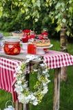 De decoratie van de tuinpartij: bloemkroon, cakes en vruchten Royalty-vrije Stock Afbeeldingen