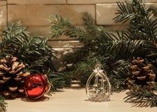 De decoratie van glaskerstmis en één rode klok stock afbeeldingen