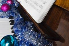 De decoratie van GLB en van Kerstmis van de Kerstman liggen op een piano royalty-vrije stock fotografie