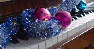 De decoratie van GLB en van Kerstmis van de Kerstman liggen op een piano royalty-vrije stock afbeelding