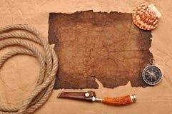 De decoratie van het avontuur met kompas op oud document Stock Afbeeldingen