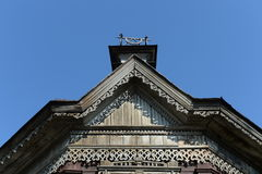 De decoratie van het dak van de houten bouw van vroeg - Th-20 eeuw op Pushkin-straat Barnaul Stock Afbeelding