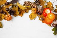De decoratie van het de herfstkader met kaarsen, denneappels, droge bladeren, p Royalty-vrije Stock Foto's